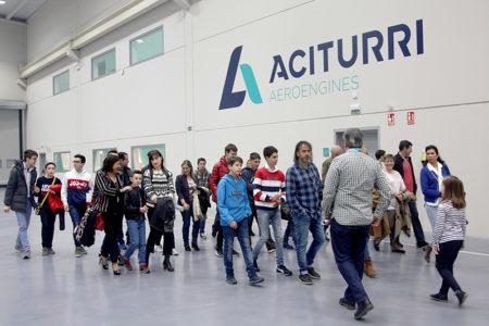 Los participantes y sus familiares disfrutaron de una visita guiada por las instalaciones de Aciturri