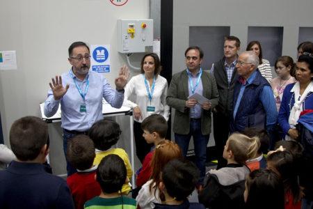 El responsable de Prevención y monitor voluntario del programa Bebot explica las medidas de seguridad de la fábriza Aciturri