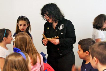 Ángela Neila durante la charla científica sobre evolución humana en Bebot Miranda.