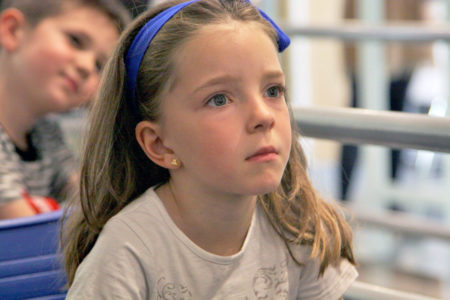 Una niña atiende a las explicaciones de la investigadora en el taller de Ciencia entre Fogones