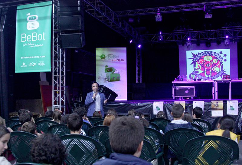 El coordinador del programa Bebot, Álvaro Fernández Baragaño, presenta el espectáculo científico Clowntifics