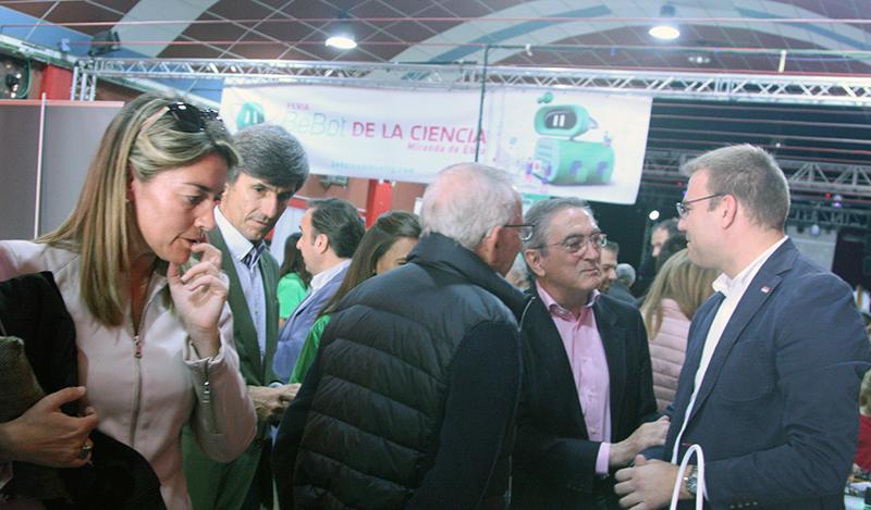 En la imagen, responsables de Aciturri, Fundación Caja de Burgos y Galletas Coral saludan a los participantes en la Feria Bebot de la Ciencia